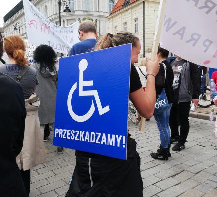 """""""Wasz czas się skończył"""". Osoby z niepełnosprawnościami rozliczają rząd z obojętności"""