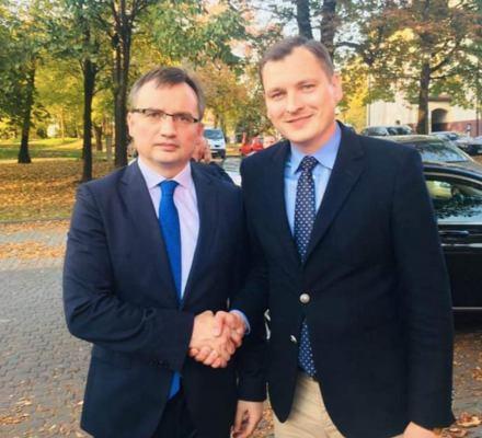Miliony złotych na pomoc ofiarom przestępstw trafiają do organizacji powiązanych z partią Zbigniewa Ziobry