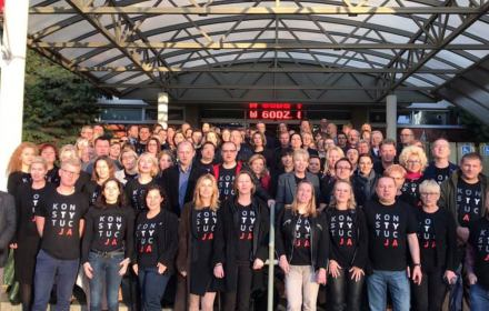 Krakowscy sędziowie przed swoim sądem w koszulkach z napisem konstytucja