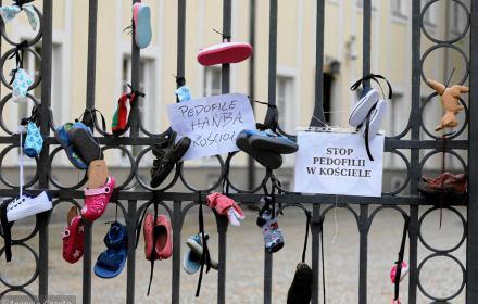 Dziecięce buciki na bramie archidiecezji, 24 biskupów na mapie pedofilii w Kościele