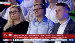Mateusz Morawiecki wśród młodych osób