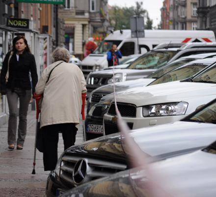 Monokultura samochodowa dobija polskie miasta. Jest coraz gorzej, ale politycy tkwią w spalinowej bańce