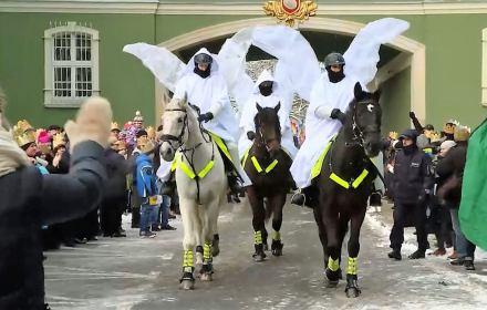 Policjanci przebrani za aniołów