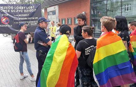 """PiS wymyślił """"pedofilskiego potwora LGBT"""" i nastraszył nim wieś i małe miasta. To kłamstwo będzie wracać [Analiza sieci]"""