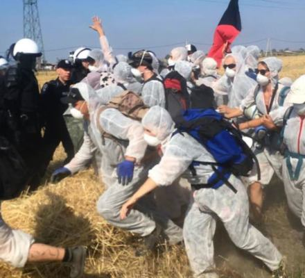 Policja próbuje zablokować akcję przeciwko kopalni odkrywkowej. W ruch poszły pałki, użyto gazu