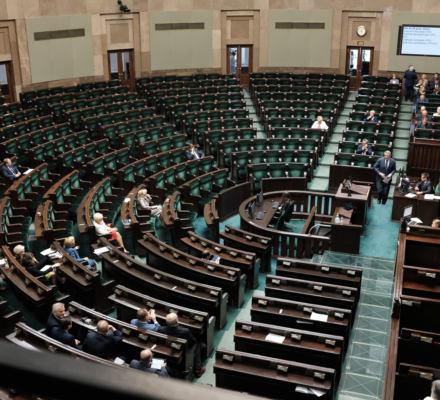 PiS nocą zmienia kodeks wyborczy - trzy miesiące przed wyborami.