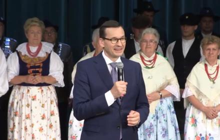 Dziękujemy naszym paniom, paniom domu, paniom Polski, naszym polskim kobietom, żestrzegą domowego ogniska, żestrzegą wartości tak bliskich sercu każdego Polaka . [Chronią] polskie wartości, anie jakieś fanaberie ideologiczne i rewolucję obyczajową