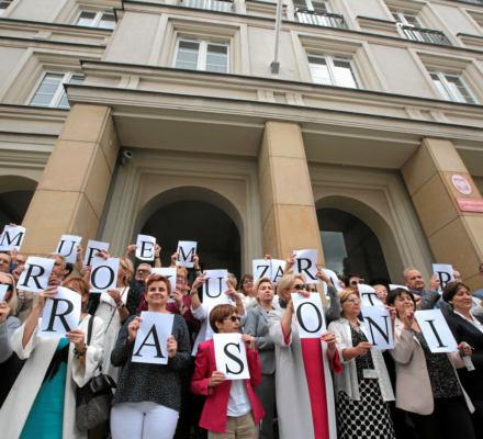 Akcja prawników w obronie zdegradowanego przez władzę PiS prokuratora Krasonia. [ZDJĘCIA Z CAŁEJ POLSKI]