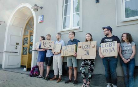 """Sąd nakazał wstrzymanie dystrybucji naklejek """"Gazety Polskiej"""" z hasłem """"strefa wolna od LGBT"""""""