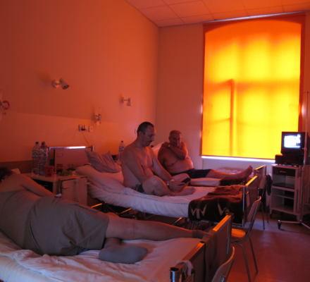 Leki w 30 stopniach, pacjenci jęczą z gorąca, z chirurga leje się pot – polski szpital latem