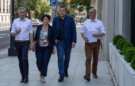 Wyborcy Lewicy chcą jednej partii. Umocnione Razem się waha, Zandberg dogania Biedronia