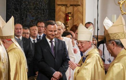 """Prokurator jak obrońca. Nie oskarży abp. Jędraszewskiego za nazwanie osób LGBT """"tęczową zarazą"""""""