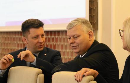 Kryzysowy sztab wyborczy: Suski straszy Czarnobylem, a Brudziński i Dworczyk nie wiedzą, w którą stronę płynie Wisła