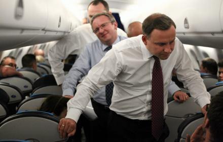 Ustawka o lotach HEAD. Miało być transparentnie, ale rejestry można utajnić. Prezydent lata nad prawem