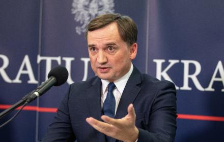 Ziobro: Zabraliśmy przestępcom 1,4 mld zł i za to opłacimy wyprawki dla dzieci. To tak nie działa