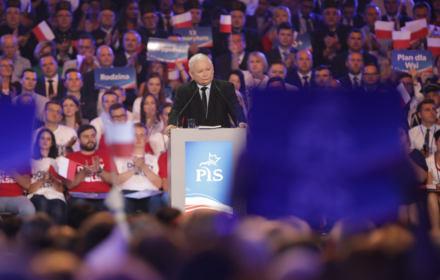 Kaczyński obiecuje minimalną 4 tys. brutto. To kopia pomysłu Lewicy, ale na sterydach. Analiza OKO.press