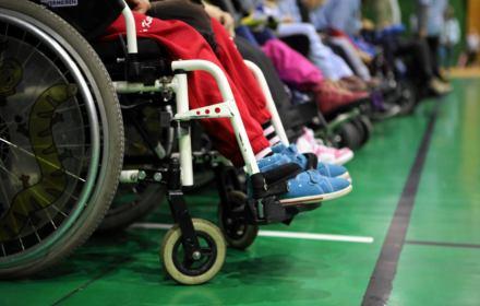 Dzieci z niepełnosprawnościami walczą o prawo do nauki w szkołach. MEN wciąż ignoruje problem, który stworzył