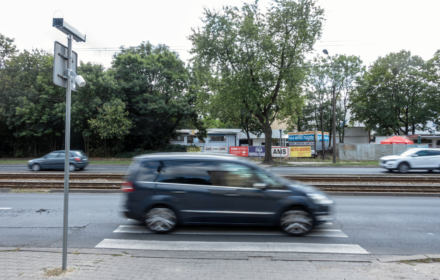Pędzący kierowca staranował pieszego na pasach. Piesi na polskich ulicach nie są bezpieczni