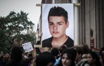 Młodzi wygrali z MEN. Przejęli akcję #SzkołaPamięta, by przypomnieć o uczniach LGBT+