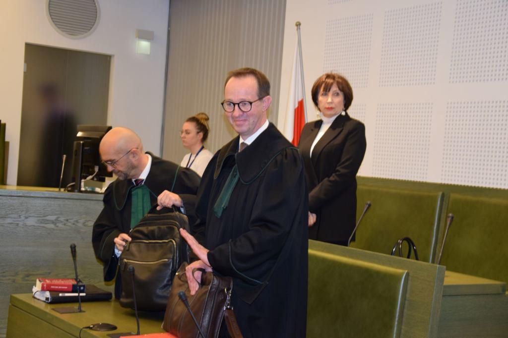 Sędzia Alina Czubieniak i obrońcy - od prawej stoi adw. Jakub Wende, za nim adw. Radosław Baszuk.