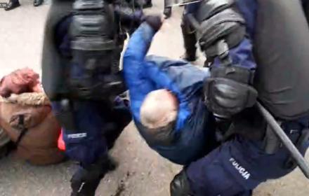 Policja usuwa Obywateli RP na żądanie narodowców. W tle okrzyki: