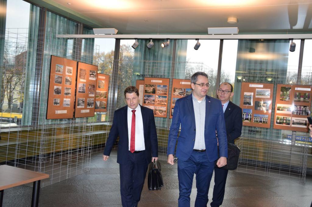 Wchodzą do SN rzecznicy dyscyplinarni - Michał Lasota, z lewej Piotr Schab, z tyłu Przemysław Radzik. Fot. Mariusz Jałoszewski