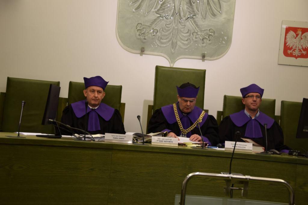 Skład orzekający Izby Dyscyplinarnej - w środku przewodniczący Ryszard Witkowski, po lewej Paweł Zubert, po prawej ławnik Marek Molczyk