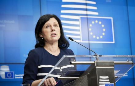 """Wiceszefowa KE odwiedzi Polskę, żeby rozmawiać z PiS o praworządności: """"Sytuacja w Polsce mnie martwi"""""""
