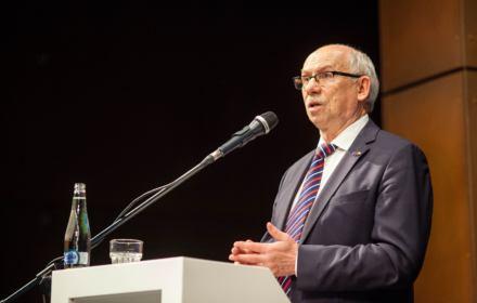 """PE ogłasza kryzys klimatyczny. Zdaniem Janusza Lewandowskiego to """"histeria"""". Wie, co mówi nauka?"""