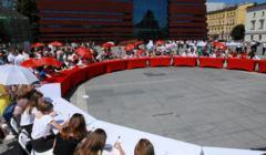 Lekcja historii na placu Wolnosci we Wroclawiu