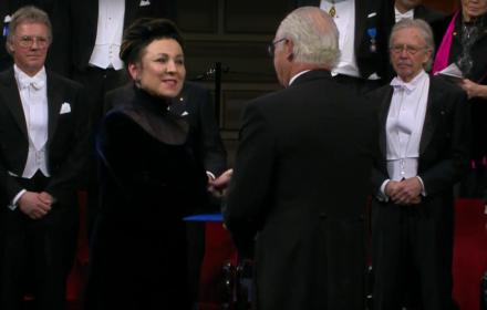 """Olga Tokarczuk odebrała nagrodę Nobla. """"Jej książki to nadzieja na Europę bez granic"""", """"nie boi się gorzkich prawd"""""""