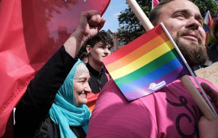 Uchodźczyni szyje tęczową flagę. Trzy bunty Czeczenki Khedi