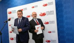 Cezary Jurkiewicz i Maciej Świrski, członkowie zarządu Polskiej Fundacji Narodowej w 2017 r., gdy PFN sfinasowała kampanię