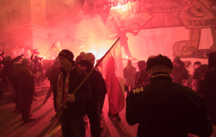 """Kto odpalił nielegalne race? Prezes Marszu Niepodległości: """"To policja nie dopilnowała"""""""