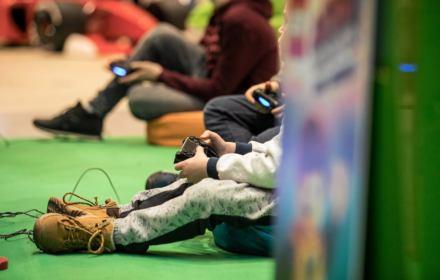 Cyberkorporacje celowo uzależniają od gier i internetu, a ofiarami są dzieci. Potrzebujemy regulacji