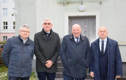 Od prawej stoją sędzia Dariusz Mazur, Krzysztof Parchimowicz, prokurator Andrzej Śliwski i prokurator Zbigniew Spiczko.