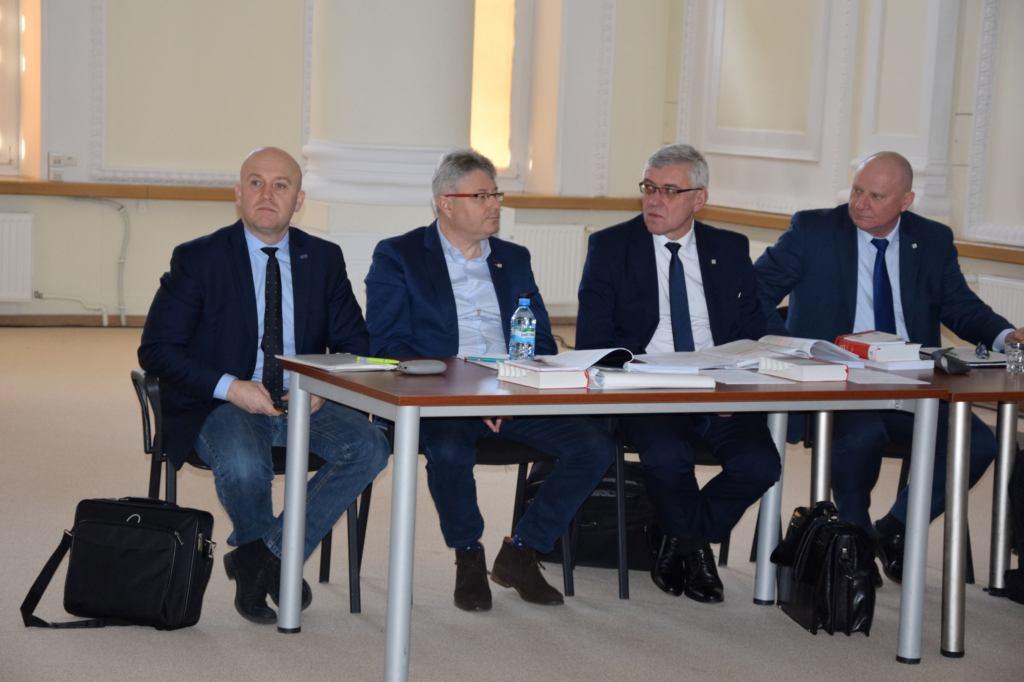 Sąd dyscyplinarny Adam Łuckoś (przewodniczący, siedzi w środku), Tomasz Łoziński (pierwszy z prawej) i Arkadiusz Majewski (pierwszy z lewej).