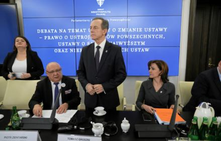 """PiS wysyła Grodzkiego na """"śmietnik"""". Hejtują marszałka, który odbiera im monopol władzy"""
