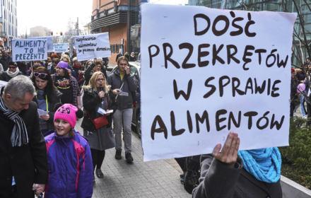 """Polska rajem dla alimenciarzy. """"Były mąż ma 60 tys. długu i śmieje się w twarz sądowi"""""""