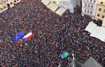 Czesi wychodzą na ulicę - nie chcą iść drogą Polski i Węgier i walczą o swoją demokrację