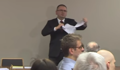 Maciej Nawacki drze uchwałę. W wyniku tego wydarzenia dostał zarzut dyscyplinarny