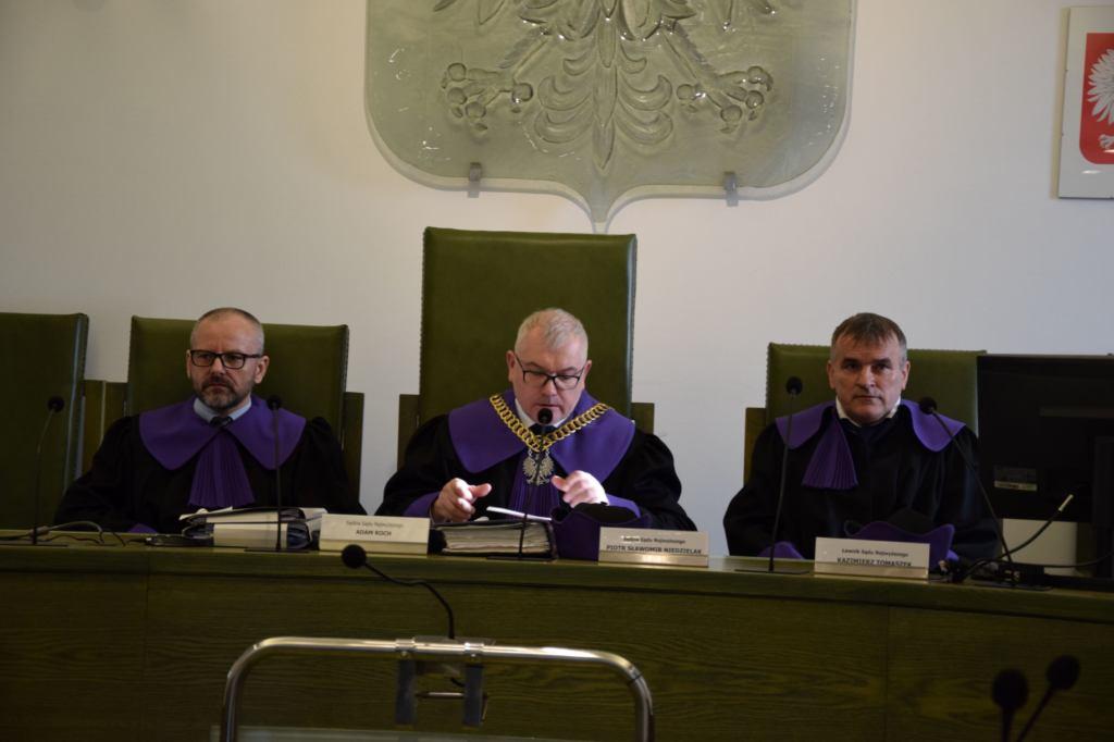 Skład orzekający Izby Dyscyplinarnej - pierwszy od lewej Adam Roch, Piotr Niedzielak, ławnik Kazimierz Tomaszek
