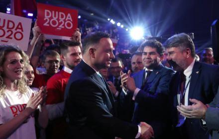 Sojusznik przeciwników UE i NATO na zapleczu Dudy. Kim jest młody człowiek, który kroczył za prezydentem?