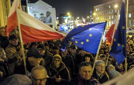PiS wykorzystuje pandemię, by krytykować UE. Ale Polacy chcą Unii bardziej zjednoczonej [SONDAŻ]