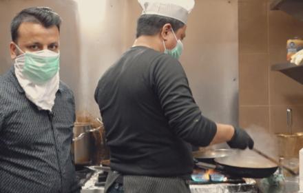 O dwóch Hindusach, którzy gotują dla lekarzy i pielęgniarek - Ostre pomaga