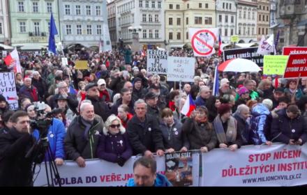 """""""Chcemy iść drogą UE, nie Kaczyńskiego i Orbána"""". Zobacz film z wielkiej demonstracji w Pradze"""