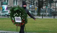 Składanie wieńca pod pomnikiem ofiar katastrofy smoleńskiej