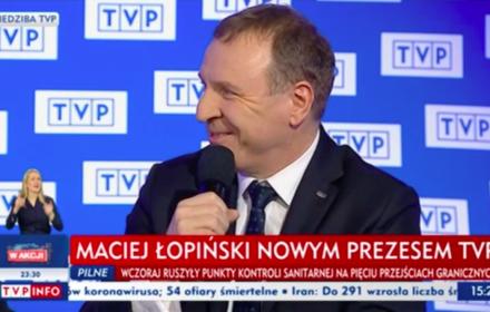 Jacek Kurski przestał być prezesem TVP, a został doradcą zarządu. Na konferencji prasowej we wtorek 10 marca 2020 przywitał nowego prezesa Macieja Łopińskiego