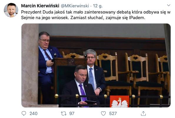 Andrzej Duda przegląda ipada podczas debaty o koronawirusie, 2 marca 2020