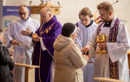 Episkopat zaleca komunię na rękę. To duże ryzyko zakażenia. Są i inne ryzyka udziału w mszy